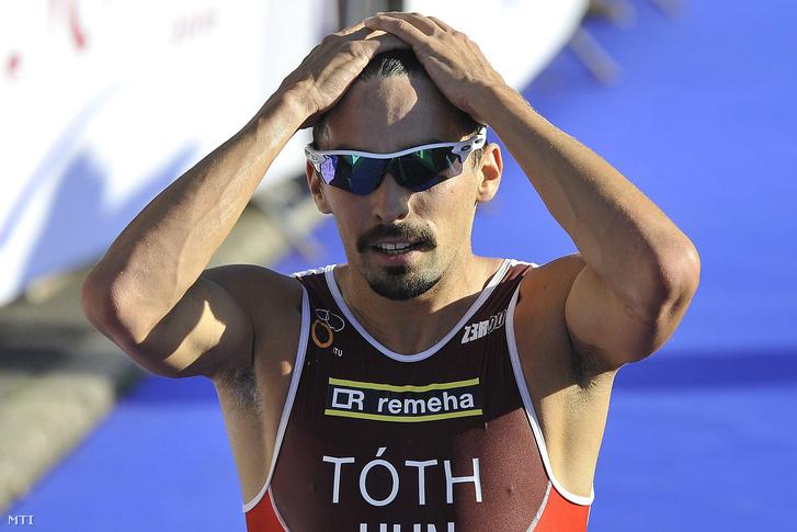 A harmadik helyezett Tóth Tamás a célban a 20. TVK ITU triatlon világkupafutam férfi versenyének döntőjében 2016. július 10-én.