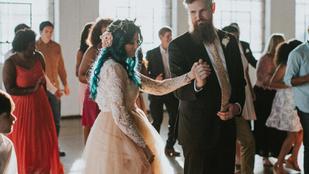 Saját lábán vonult be esküvőjére a kerekesszékes menyasszony