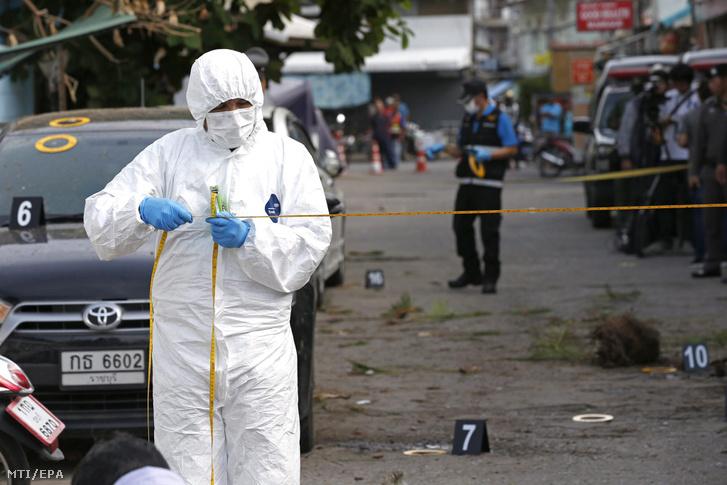 Helyszínelő rendőrök a Thaiföld déli részén fekvő Hua Hin üdülővárosban 2016. augusztus 12-én elkövetett újabb robbantásos merénylet után.