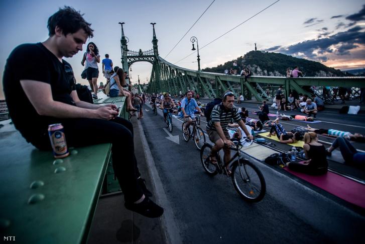 Biciklisek, jógázók és gyalogosok a lezárt Szabadság hídon