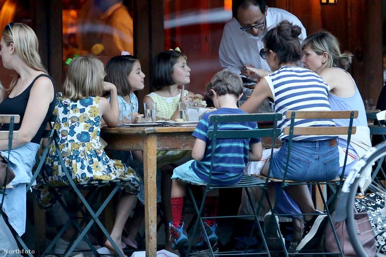 Katie Holmes a lányával és a barátaival ebédel New Yorkban idén augusztusban.