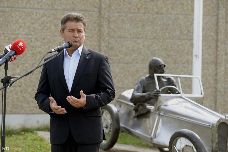 Tasó László közlekedéspolitikáért felelős államtitkár beszél a Nemzeti Fejlesztési Minisztérium és a Hungaroring Sport Zrt. Miniring - Tanulj meg közlekedni! - elnevezésű nyári táborának megnyitóján a mogyoródi Hungaroring főbejáratánál 2015. augusztus 3-án.