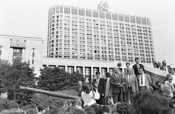 Jelcin híressé vált jelenete, a tamanyi hadosztály egyik tankján, ahol közli: a puccs alkotmányellenes, ezért mindenkit tüntetésre is sztrájkra szólít fel. Kiállt Gorbacsov mellett, de tudhatta, hogy ezután  megnyílik az út a Szovjetunió felbomlása előtt, így belőle nem egy szovjet tagköztársaság, hanem az önálló Oroszország elnöke lehet.