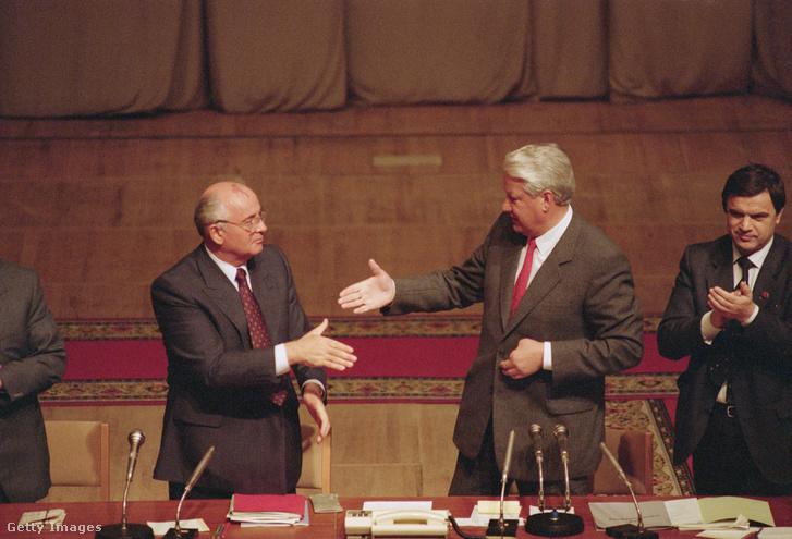 Már világos, ki van felül. Gorbacsov csak szaladt a Jelcin diktálta események után, még ha a puccs alatti ellenállás idején Jelcin a szovjet államfő mellett állt is ki.
