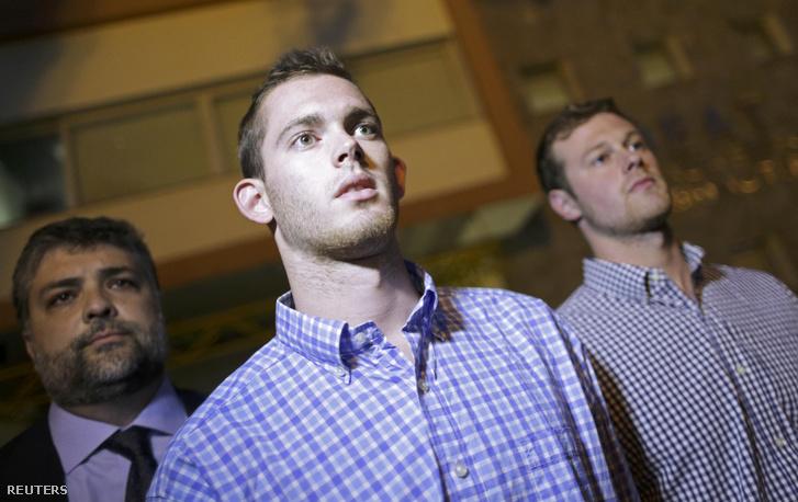 Jack Conger és Gunnar Bentz hagyja el a rendőrség épületét a kihallgatásuk után Rióban.
