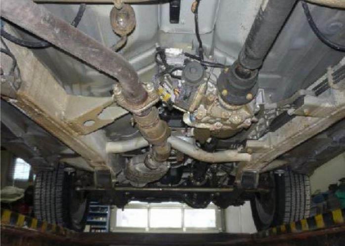 Így néz ki az önálló alvázra épített Suzuki Jimny alulnézetből. A karosszéria lecsavarozható az azt hordozó vázszerkezetről és csak ez utóbbi viseli gyárilag beütött azonosítószámot