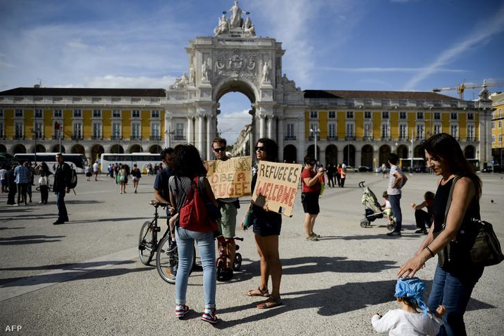 Mini szimpátiatüntetés a menekültekért Lisszabonban
