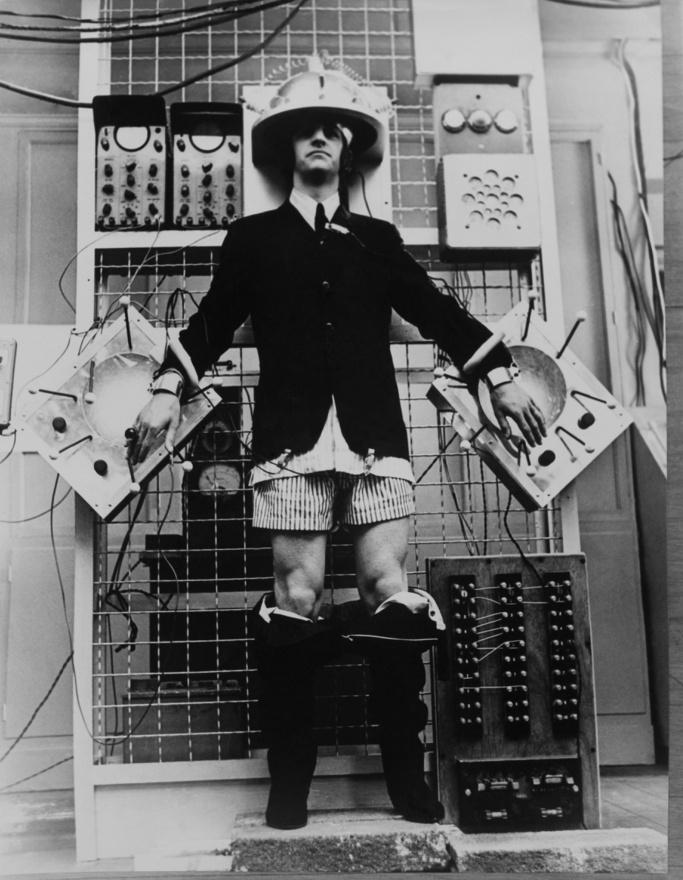 Ringo bolondozik a Help! forgatásán. Ahhoz képest, hogy csak később került be a zenekarba, és eleinte a rajongók még tüntettek is ellene, a dobos rövid idő alatt rendkívül népszerű lett, és jellegzetes figurája a filmekben is fontos szerephez jutott. A Help!-nek egyenesen ő a főszereplője, hiszen Ringo gyűrűjéért folyik a hajsza az egész filmben, melyet azonban már kisebb lelkesedés fogadott, mint az egy évvel korábbi A Hard Day's Nightot. A kritikusok kicsit erőltetettnek és fárasztónak érezték a filmet, és a Beatles egy időre le is állt a filmezéssel, Lester következő filmjében (Hogyan nyertem meg a háborút) pedig már csak Lennon szerepelt egyedül.