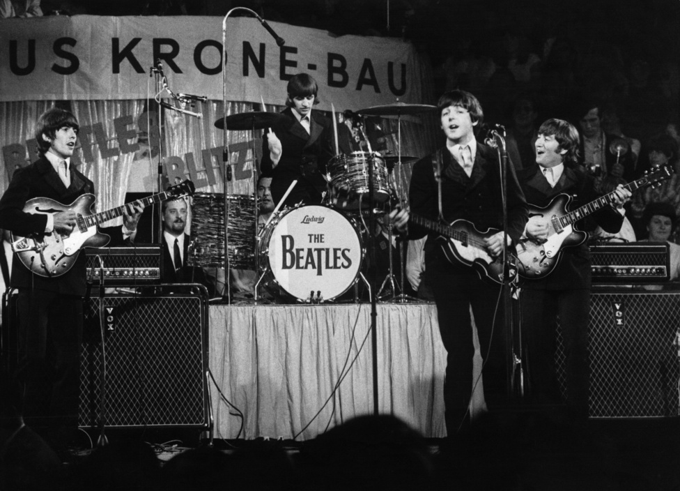 """A Beatles koncertje Münchenben, 1966. június 25-én. Míg a Beatlesből 1960 és 62 között a hamburgi éveiben elsőrangú koncertzenekar lett, az évtized közepén ez már saját bevallásuk szerint sem volt igaz rájuk: """"Mielőtt híresek lettünk volna, mi voltunk a legjobbak élőben az egész világon"""" - mondta Lennon. A már említett hangtechnikai tökéletlenségek mellett persze az sem tett jót nekik, hogy Lennon nem szeretett próbálni: """"Felnőtt emberek vagyunk, nem fogunk leülni és próbálni"""" - mondta később. 66 nyarára már nagyjából mind eljutottak odáig, hogy legszívesebben abbahagyták volna a koncertezést, de McCartney ekkor még ellene szavazott."""