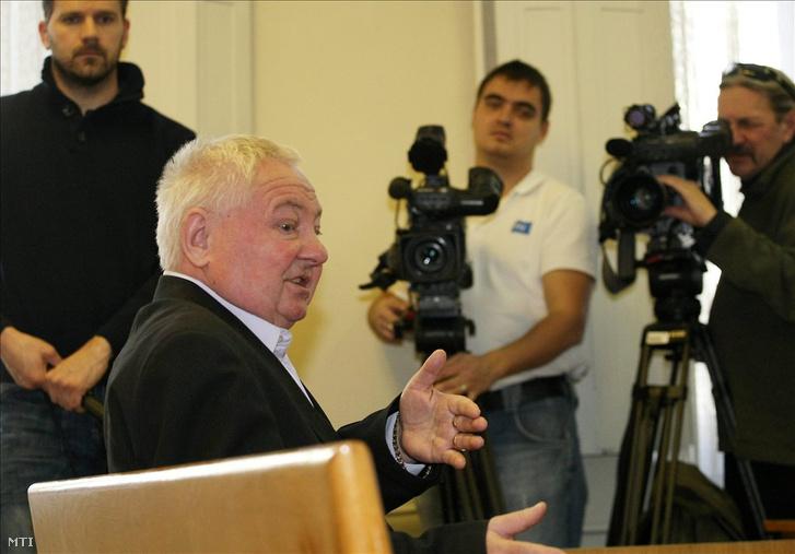 Stadler József vallomást tesz a vádlottak padján ülve az ellene és két társa ellen indított büntetőper első tárgyalási napján Kecskeméten, a Bács-Kiskun megyei Bíróságon, Kecskemét, 2011. február 9-én.