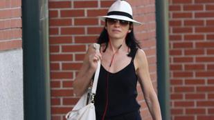 Felismeri az utcán sétáló kalapos színésznőt?