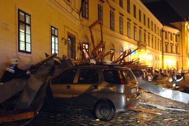 A budai várban a Várszínház épületének tetejét is letépte a vihar, a törmelékeket a parkoló autókra sodorta a szél. A vár területén is sokan megsérültek.