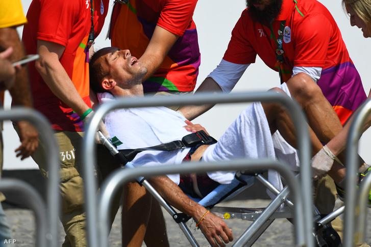 Az 50 km-es gyaloglásban világcsúcstartó francia Yohann Diniznek elég gyötrelmesre sikerült a szám riói versenye péntek délután. Már az elején az élre állt, és sokáig vezetett is, komoly előnyt épített ki, aztán elkezdődtek a megpróbáltatásai: gyomorproblémái voltak, és a a 35 km környékén járt, amikor megtörtént a baleset (összeszarta magát). Később el is ájult.
