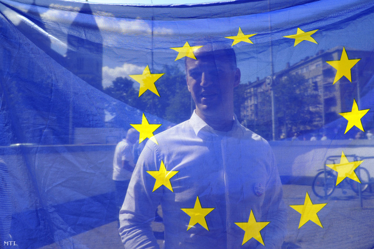 Szigetvári Viktor az Együtt elnöke az október 2-i népszavazással kapcsolatban tartott kampányindító kitelepülésén a XIII. kerületi Lehel téri piacnál 2016. augusztus 12-én. Az Együtt a távolmaradás mellett érvel a nem magyar állampolgárok Magyarországra történő kötelező betelepítésével kapcsolatban kiírt kvótareferendum előtti kampányban.
