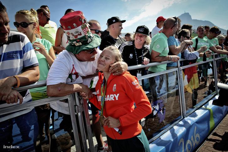 A címvédő Kozák Danuta szurkolók között a női kajak egyesek 500 méteres versenyének eredményhirdetése után a Rio de Janeiró-i nyári olimpián a Rodrigo de Freitas Lagúnában 2016. augusztus 18-án.