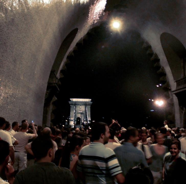 A Duna-parton, a Várban, a Dunán közel 1,5 millió ember nézte a tűzijátékot.Ahogy kitört a vihar, a tömeg egyszerre indult el, mindenki menekülni próbált. A lökdösődésben sokan elestek, de szerencsére senkit sem tapostak el.A Clark Ádám téren összegyűltekből sokan az Alagútba menekültek.
