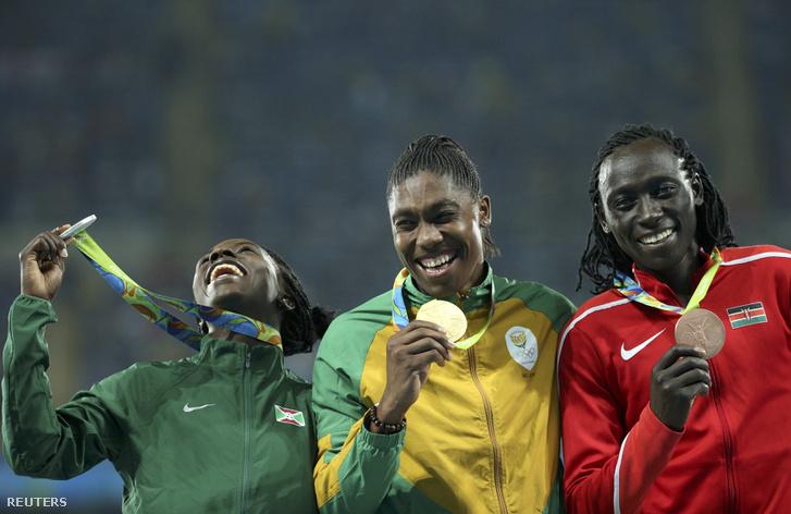 Francine Niyonsaba, Caster Semenya és Margarete Wanbui a női 800 méteres síkfutás eredményhirdetésén Rióban.