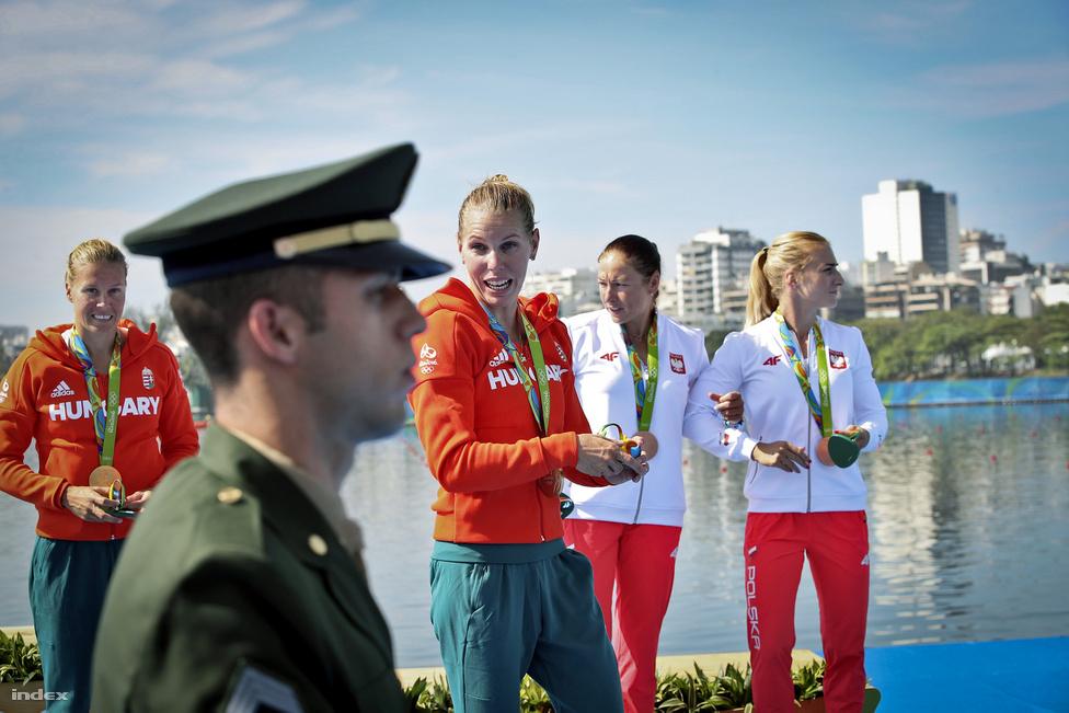Dobogón a női kajak négyes. Csipes Tamara az első olimpiai bajnoki címét nyerte, ő a negyedik apa-gyermek olimpiai bajnoki cím birtokosa. Kozák Danuta ezzel ötszörös bajnok lett.