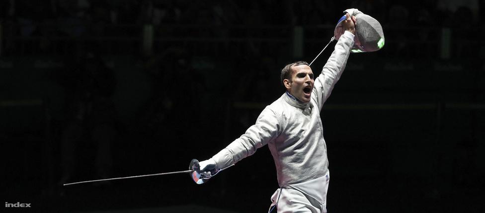 Szilágyi Áron olimpiai bajnoki öröme. A magyar kardozó londoni címét megvédte, Rióban is első lett. Ő a második olyan magyar sportoló (1948, Németh Imre után), aki zászlóvivőként olimpiát nyert.