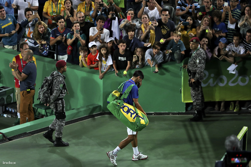 Egy világsztár, abszolút aranyesélyes bukása. Az ATP ranglistát vezető szerb Novak Djokovcs, első kiemeltként, rögtön az első meccsén kikapott férfi tenisz egyesben az argentin Juan Martin Del Potrótól. Sírással küszködve hagyta el a centerpályát.