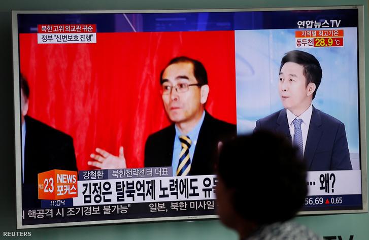 Tae Jong Ho disszidálásról szóló hír a dél-koreai televízióban egy szöüli vasútállomáson.