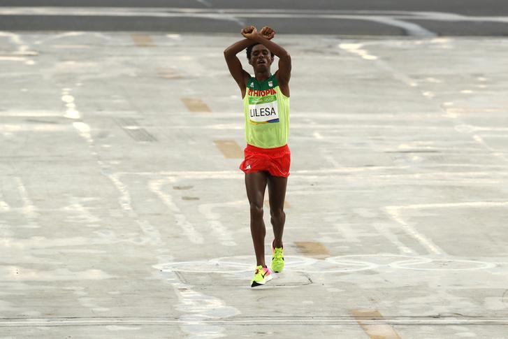 Feyisa Lilesa második helyen futott be a riói maratonon