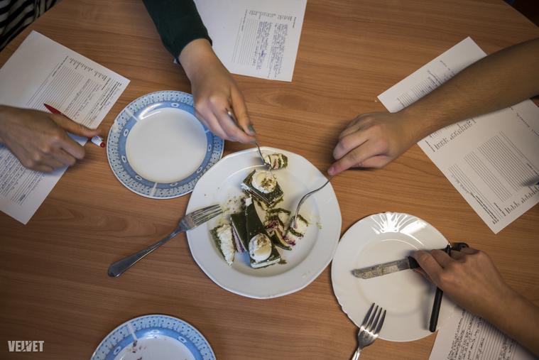 Az egyes rétegek íze egymás után üt be, körülbelül három másodpercenként jön egy megvilágosodással felérő élvezet. - HajniSzóval úgy megettük, mintha sosem lett volna.