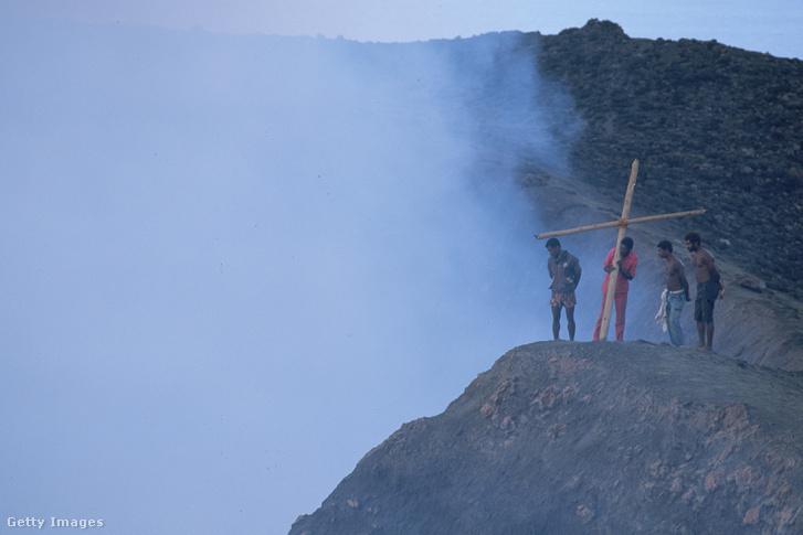 John Frum kultusz követői a Yasur vulkánon emelnek keresztet
