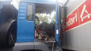 Frontálisan ütközött két kamion: az egyik fülke leszakadt