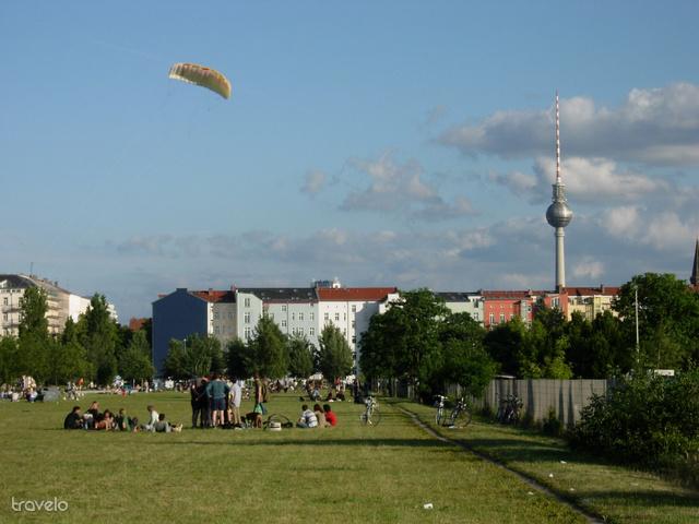 Berlin egyik legkellemesebb parkja a Mauer Park, ahol vasárnaponként rengeteg ember gyűlik össze karaokézni, piknikezni, grillezni és bolhapiacot látogatni