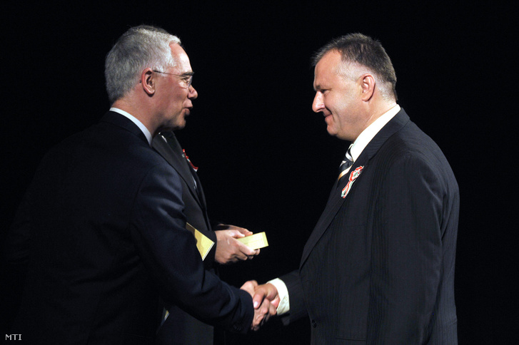 Szaniszló Ferenc szerkesztő (j) átveszi a Táncsics Mihály-díjat Balog Zoltántól az emberi erőforrások miniszterétől