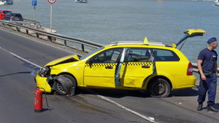 Autós üldözés miatt lezárták a Budai alsó rakpartot az Erzsébet hídnál