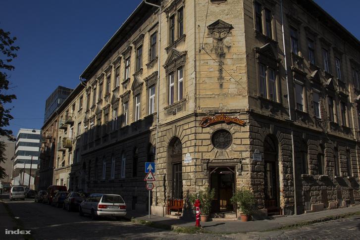 Bókay utca - Tömő utca sarok, a háttérben az új lakónegyed egyik épülete.