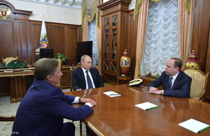 Vlagyimir Putyin orosz elnök (k) Szergej Ivanovval az elnöki hivatal eddigi vezetõjével (b) és Anton Vajnóval a kabinet új vezetõjével a moszkvai Kremlben
