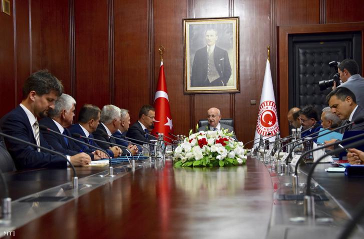Ismail Kahraman házelnök (k) fogadja Szijjártó Péter külgazdasági és külügyminisztert (b6) Ankarában 2016. augusztus 23-án.