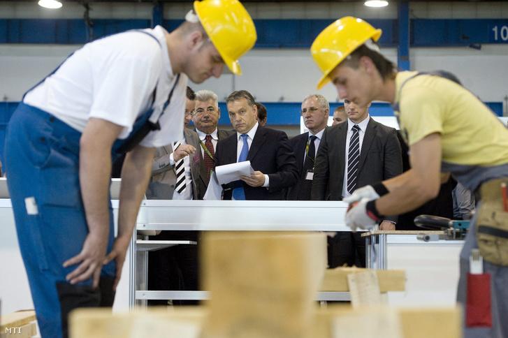 Orbán Viktor miniszterelnök (k) a 6. Szakma Sztár Fesztiválon a Szakma Kiváló Tanulója Verseny és az Országos Szakmai Tanulmányi Verseny döntõjének megnyitó ünnepségén a Hungexpo Vásárközpontban 2013. április 24-én.