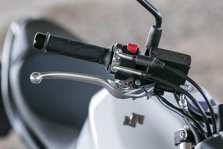 Állítható fékkar, és okos indítás: elég rányomni egyet a gombra, aztán addig köszörül, míg be nem indul. Akárcsak a Ducatik