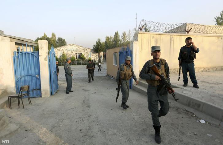 Az afgán biztonsági erők tagjai a kabuli Afganisztáni Amerikai Egyetemnél 2016. augusztus 25-én ahol előző este három merénylő autóba rejtett pokolgéppel berobbantotta az intézmény egyik oldalfalát majd behatolt az épületbe és tüzet nyitott az ott tartózkodókra.