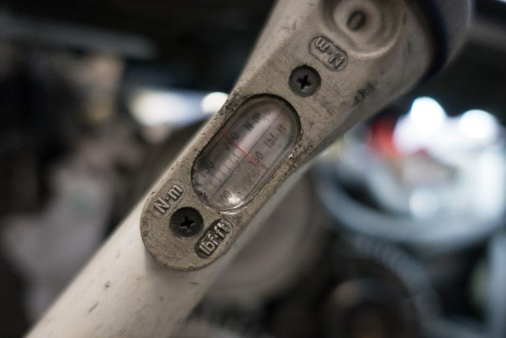 200 newtonméter az alsó szíjtárcsa csavarjának meghúzási nyomatéka, majd jöhet még 270 fok, tiszta erőből