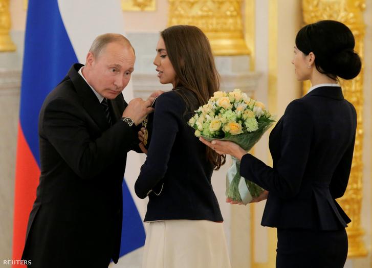 Vlagyimir Putyin kitünteti az olimpiai csapat tagjait.