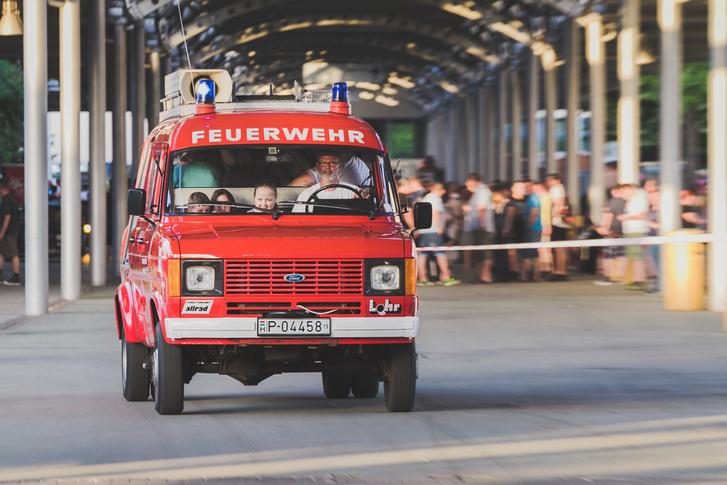 Minden gyerek imádja a tűzoltóautókat. Ez meg még ráadásul Transit is