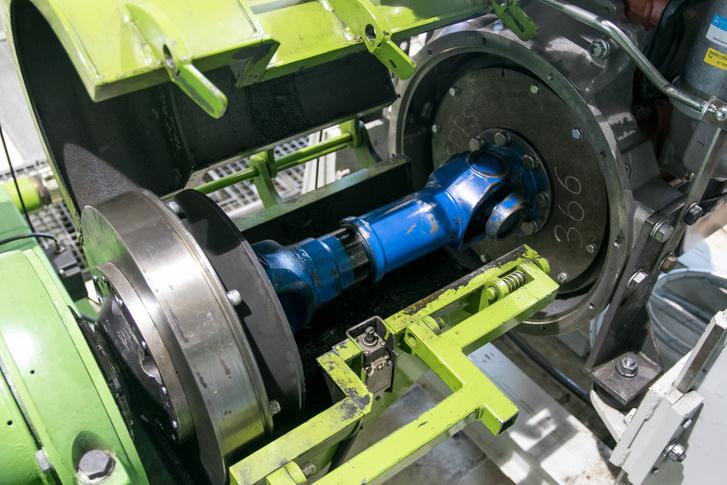 Rövid, de vaskos kardántengely köti össze a motort a fékgéppel