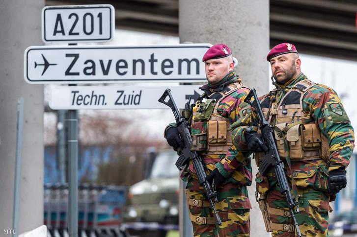 Belga katonák a brüsszeli Zaventem nemzetközi repülõtéren 2016. március 23-án.