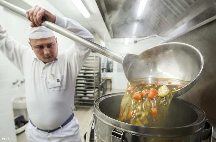 Fogvatartott dolgozik a Bács-Kiskun Megyei Büntetés-végrehajtási Intézet felújított konyháján Kecskeméten 2014. február 5-én.