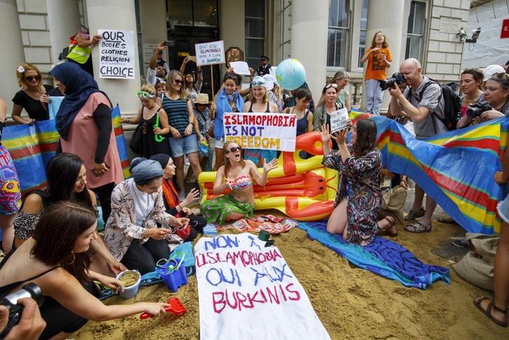 A burkini betiltása ellen tiltakozók Londonban a Francia Nagykövetség épülete előtt, 2016. augusztus 25-én.