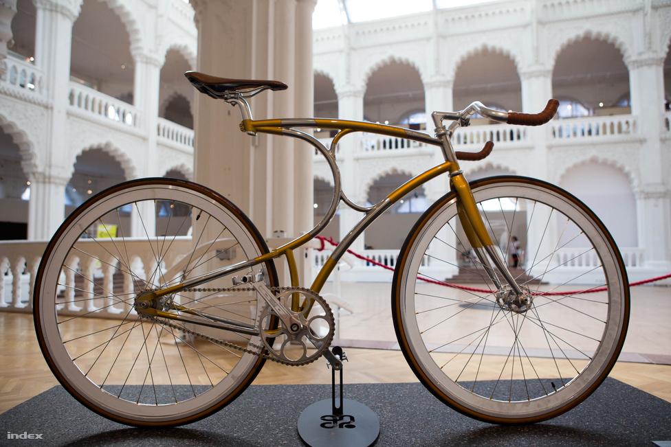 A holland Herman van Hulsteijn célja 2009-ben csupán annyi volt, hogy egy saját építésű, szélsőségesen egyedi bringával járhasson. Az egyediséget ezzel a két egymásnak dőlt C-t formázó vázzal érte el, de nem tartott sokáig: villámtempóban üzlet nőtt bringája köré, és ma már évente száz kerékpárt készít ezzel a vázformával arnhemi gyárában. A múzeumban a VH1-es látható, azaz van Hulsteijn első munkája.