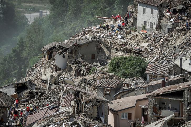 Pescara del Tronto romos házai a földrengés után