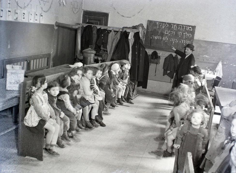 """A """"hannás"""" gyerekek szüleinek nagy része valószínűleg nemrég még a vidéki, kisvárosi ortodox zsidóság számát gyarapította. Az a kevés, aki a deportálásból visszatért, inkább a több lehetőséggel kecsegtető Budapestet választotta. Így itt legalább volt lehetőség az ortodoxia újjáéledésére, míg a vidéki ortodox zsidó intézményrendszer ugyanezért teljesen ellehetetlenült."""