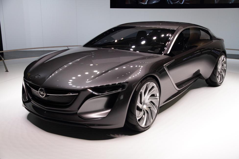 Opel Monza, 2014: Az Opel gyakran szakít a hagyományokkal és előáll valami nagyon mással. Ilyenkor általában különösen szép tárgyak készülnek, a 2014-es Monza tanulmány is ilyen. Az utcán szaladgáló Opelek látványa után igazán megdöbbentő a hatalmas koncepcióautó külseje. A közel öt méteres autó sportosan izmos, ugyanakkor elegánsan nyúlánk. A felfele nyíló gigantikus ajtók, a futurisztikus csupa-kijelző utastér és az összes kis részlet teszi az autót ilyen megnyerő jelenséggé. Mark Adams kitett magáért.