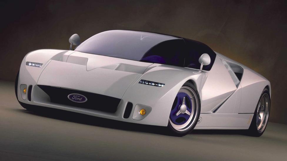 Ford GT90, 1995: A lista egyetlen igazán kretén darabja az 1995-ös GT90. A leginkább űrsiklóra emlékeztető autót a GT40 szellemi utódjaként mutatták be, azonban arra csak nyomokban emlékeztet. Szépnek nem nevezném, hatásosnak annál inkább: a vonalak mentén hajlítgatott kaszni, a fekete, kupolaszerű kabin és az eltúlzott, központi anyás kerekek meghökkentő jelenséggé teszik a GT90-et. De az a helyzet, hogy működik: a hülye, túlzó részletek egy harmonikus és összeszedett autót adnak ki végül.
